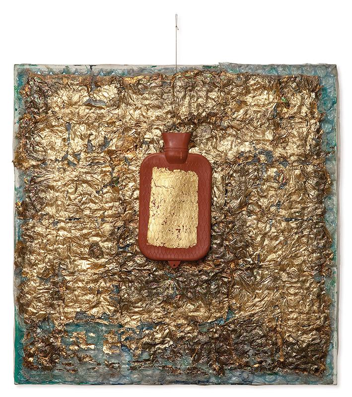 Sem título, s/d folhas de ouro, tecido de algodão, acrílica, plástico-bolha, borracha e linha sobre tela 97 × 85 × 6 cm