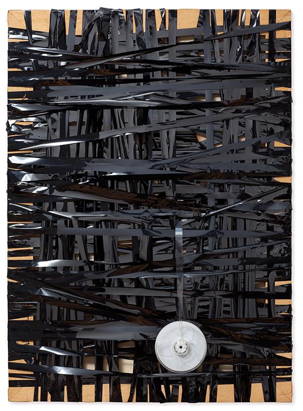 Sem título, s/d tela queimada envolvida por fita magnética e bobina 70 × 50 × 5 cm