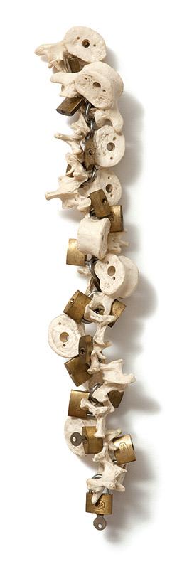 Sem título, 1996 ossos de resina e cadeados 55 × 12 × 11 cm